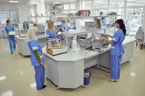 тестовые испытания пробкового покрытия в лаборатории